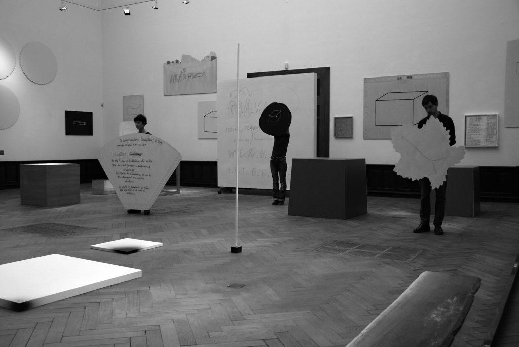 《1/美术馆》('X个客体的公演'),兰伯茨拍卖行,布鲁塞尔,2015 © 克里斯朵夫·芬克. 1/Museum (X Objets Publiquement Mis En Scène)(X Objecten Publiek Getoond) Galerie Nagel Draxler in Salle de ventes Lempertz, Brussel, 2015 ©Christoph Fink.