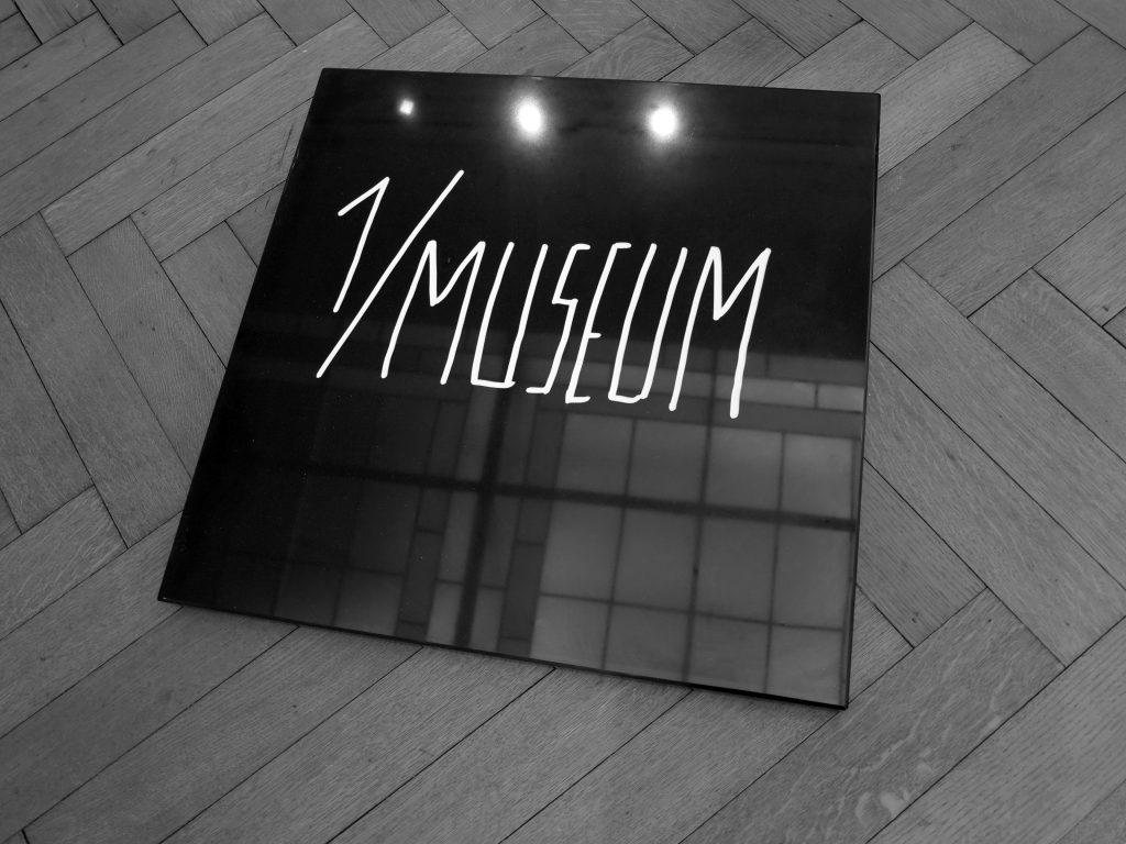 《在'1/美术馆 复制 1/美术馆'》('X个客体的公演'),兰伯茨拍卖行,布鲁塞尔,2015 © JT. copie 1/Museum' In '1/Museum (X Objets Publiquement Mis En Scène) (X Objecten Publiek Getoond) Galerie Nagel Draxler in Salle de ventes Lempertz, Brussel, 2015 ©JT.