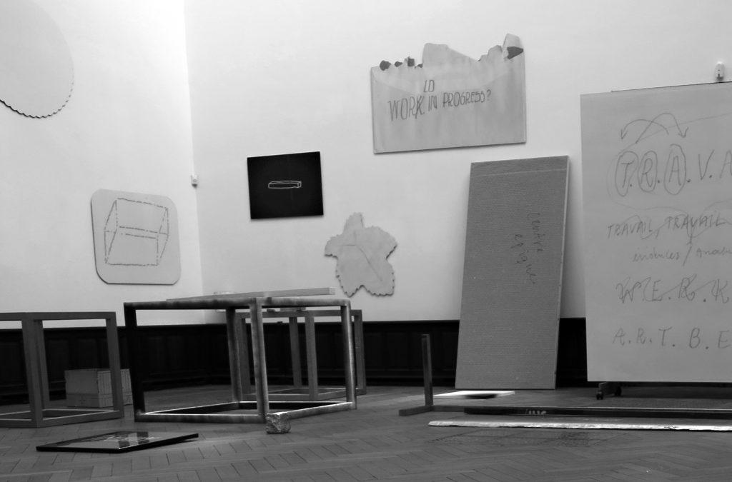 1/Museum (X Objets Publiquement Mis En Scène)(X Objecten Publiek Getoond) Galerie Nagel Draxler in Salle de ventes Lempertz, Brussel, 2015 ©JT. 《1/美术馆》('X个客体的公演'),兰伯茨拍卖行,布鲁塞尔,2015 © JT