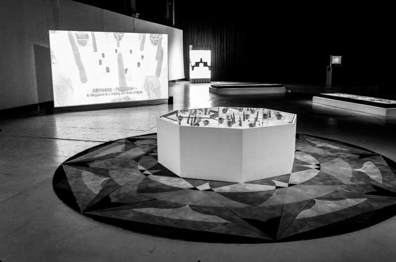 Adrian Wong, Dream Cosmology, 2015, medium-density fibreboard, Teflon, stainless steel, magnets, carpet, mechanical components, video ( 7 min 30 sec ), 4 x 4 x 2 m 王浩然,《梦境宇宙学》,2015,中密度纤维板、特富龙、不锈钢、磁石、地毯、机械组件、视频( 7分 30秒 ),4m×4m×2m