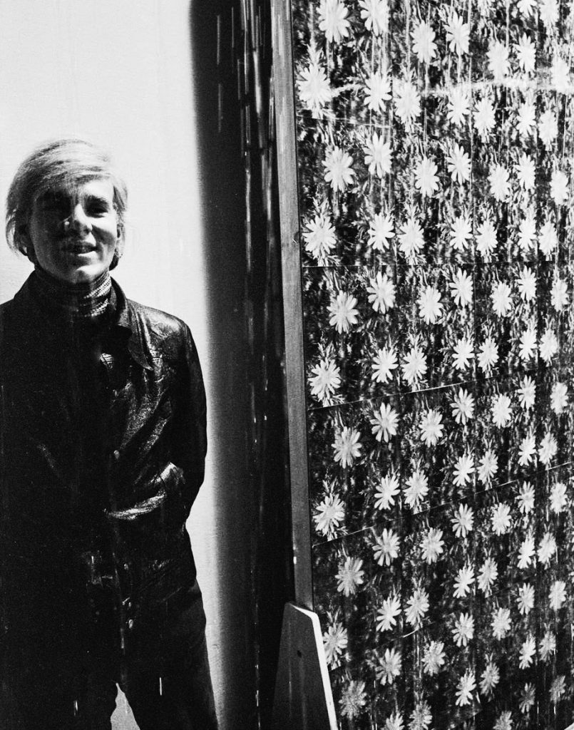 "Andy Warhol standing next to a prototype for his Art and Technology piece Rain Machine, 1969. Artwork executed in collaboration with Cowles Communication under the auspices of the Art and Technology programme at LACMA, 1967–71安迪·沃霍尔站在他的""艺术与技术""展览作品""下雨机器""的原型旁边,1969年。这件作品是在""艺术与技术""展览安排下在1967-1971年期间与考雷斯通讯公司合作完成的。"