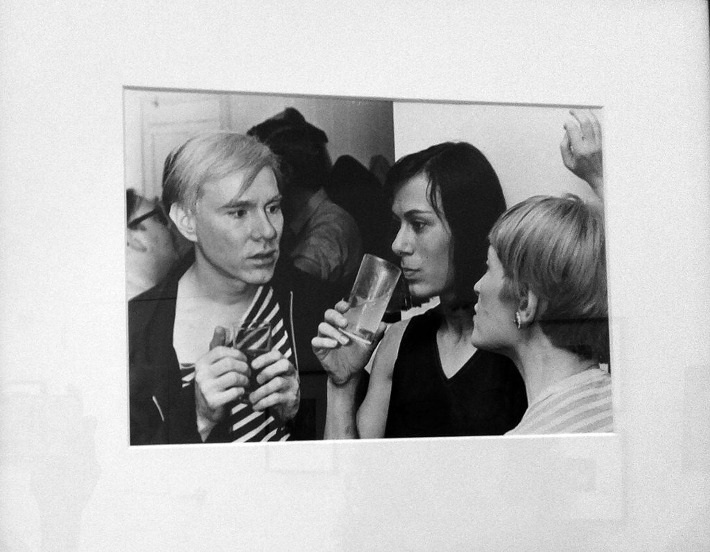 Yvonne Rainer and Andy Warhol with Barbara Rose, 1964. Photo courtesy Chen Han 伊万· 瑞纳与安迪· 沃霍尔和芭芭拉· 罗斯在一起,1964 年。陈涵 摄