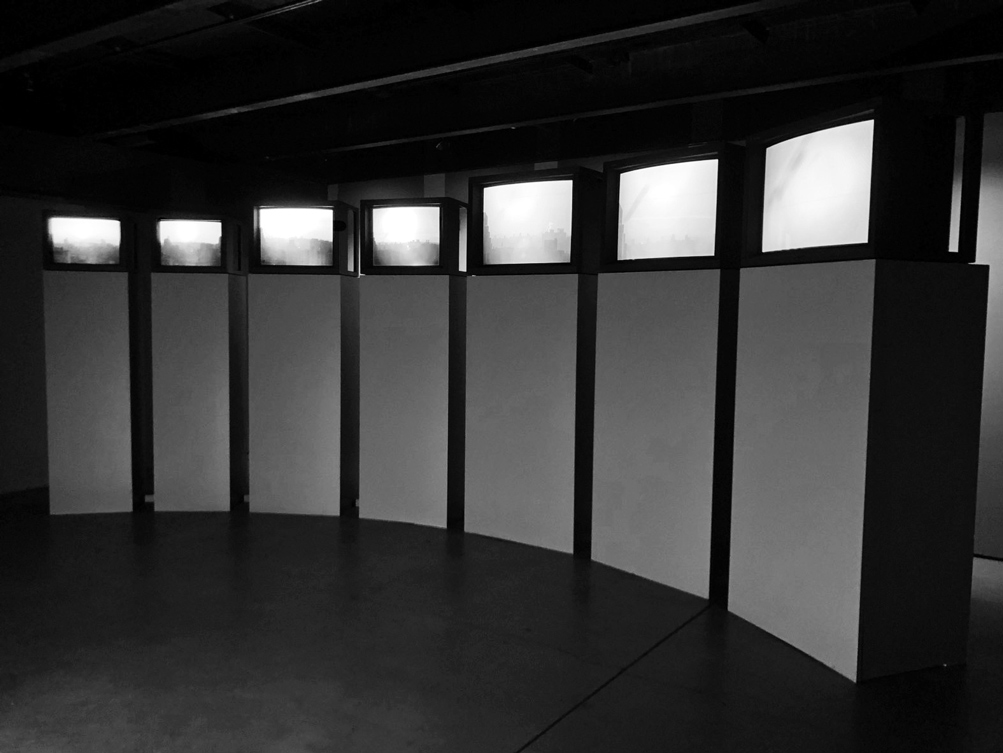 Mary Lucier, Equinox, 1979/2016, seven-channel video installation with sound, dimensions variable, 33 mins. Courtesy the artist and Lennon, Weinberg, Inc., New York. 玛丽·露希尔,《昼夜平分》,1979/2016年,七频道有声视频装置,尺寸可变,视频时长33分钟。图片致谢艺术家及纽约的 Lennon, Weinberg, Inc.。